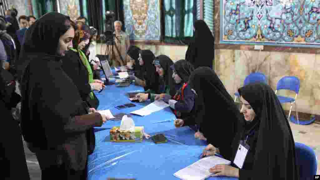 زنان تهرانی پای صندوق های رأی