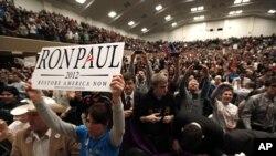 미시간 대학 선거유세장에서 론 폴 후보의 지지자들.