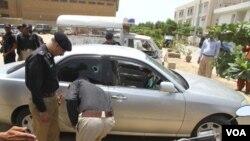 Polisi Pakistan memeriksa mobil yang dipakai diplomat Arab Saudi yang tewas ditembak di Karachi (16/5).