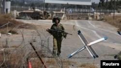以色列士兵走过戈兰高地