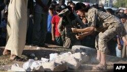 Gambar yang dikeluarkan oleh media propaganda Islamis Welayat Halab (2/7) diduga menunjukkan anggota kelompok ISIS menghancurkan artefak yang diselundupkan dari kota Palmyra, Suriah.