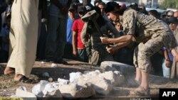 이슬람 수니파 무장조직 ISIL이 시리아 팔미라에서 가져온 고대 유물을 파괴하는 모습을 지난 7월 공개했다. (자료사진)