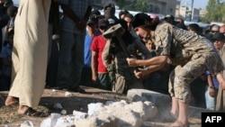 Seseorang yang diduga militan Negara Islam (ISIS) menghancurkan artifak kuno di kota Palmyra, Suriah.