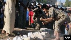 IRIS merilis foto penghancuran artefak-artefak kuno yang mereka klaim diambil dari Palmyra, Suriah (2/7). Pengamat Suriah mengatakan artefak ini kemungkinan palsu.