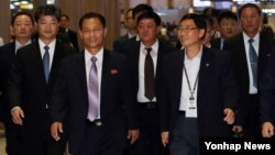 북한 올림픽위원회 대표단이 지난달 19일 인천아시안게임 조추첨 행사에 참석하기 위해 인천공항을 통해 입국하고 있다. (자료사진)