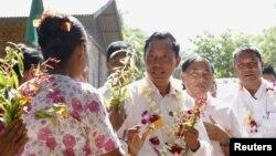 Ketua parlemen Myanmar Shwe Mann (kedua dari kiri) saat berkampanye di Kanyuntkwin (4/11). (Reuters/Olivia Harris)