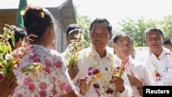 Ủng hộ viên tặng hoa cho Chủ tịch đảng Liên minh Đoàn kết và Phát triển (USDP) Shwe Mann khi ông thực hiện chiến dịch vận động tranh cử gần thành phố Kanyuntkwin, Myanmar, ngày 4 tháng 11, 2015.