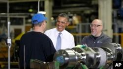 Tổng thống Obama nói chuyện với các nhân viên khi ông đến thăm nhà máy GE Energy ở Waukesha, Wisconsin, 30/1/14