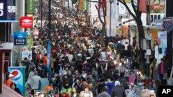 Quận thương mại sầm uất Myeongdong nổi tiếng ở Seoul, 7/4/2013.