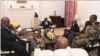 L'ancien président du zimbabwe Robert Mugabe, en entretien avec les hauts fonctionnaires de l'armée, à Harare, le 16 novembre 2017.