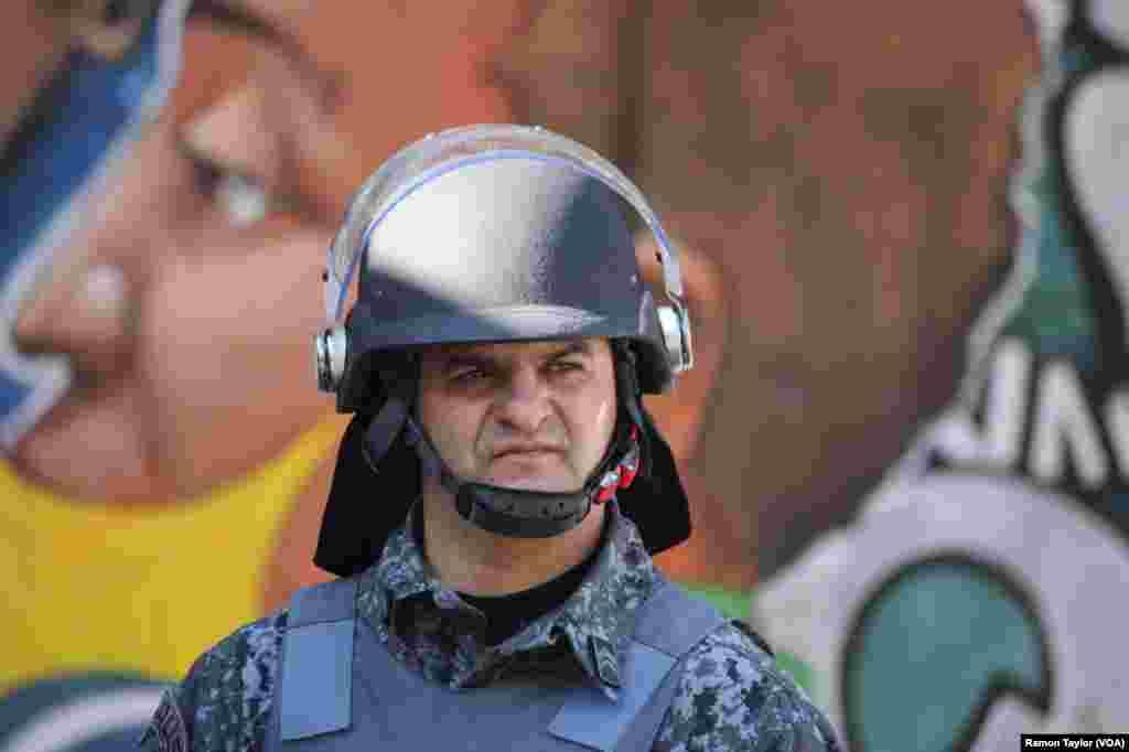 A Polícia de São Paulo a postos para qualquer situação fora do normal. O Campeonato Mundial de Futebol realiza-se entre 12 de Junho a 13 de Julho. Brasil 2014