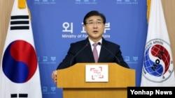 한국 외교부 노광일 대변인이 7일 외교부 청사에서 일본 정부가 독도가 일본 고유 영토라는 주장을 2015년판 '외교청서'에 담은 것에 대해 항의 성명을 발표하고 있다.