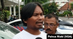 Nur Hidayat, perwakilan warga penolak tambang emas di Banyuwangi memberikan keterangan pers usai bertemu Gubernur Jawa Timur. (Foto: VOA/Petrus Riski)