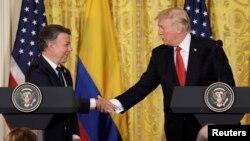 Predsednik Donald Tramp rukuje se sa predsednikom Kolumbije Huanom Santosom na konferenciji za novinare u Beloj kući