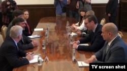Vršilac dužnosti zamenika pomoćnika državnog sekretara SAD za evropska i evroazijska pitanja Metju Palmer razgovara sa predsednikom Srbije Aleksandrom Vučićem, 5. april 2018.