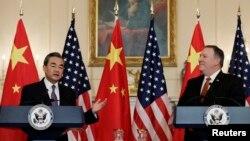 中國外長王毅(左)訪美與美國國務卿蓬佩奧(右)星期三下午2點在國務院與王毅舉行會談後新聞發佈會上。