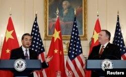 美國國務卿蓬佩奧和中國國務委員兼外長王毅在美國國務院舉行聯合記者會。 (2018年5月23日)