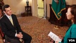 12일 미국 재무부에서 VOA와 단독 인터뷰를 가진 데이비드 코언 미 재무부 테러금융정보 담당 차관(왼쪽).