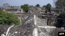 Năm 1962, Tòa án Quốc tế đã phán quyết rằng ngôi đền Preah Vihear là thuộc về Campuchia, nhưng một con đường quan trọng dẫn đến ngôi đền lại nằm trong khoảng đất rộng 5 kilomet vuông bên trong lãnh thổ Thái Lan