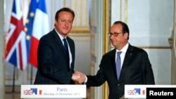 PM Inggris David Cameron (kiri) dan Presiden Perancis Francois Hollande saat memberikan konferensi pers bersama di istana Elysee, Paris hari Senin (23/11).
