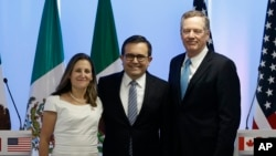 Canadian Foreign Affairs Minister Chrystia Freeland, from left, Mexico's Secretary of Economy Ildefonso Guajardo Villarreal, and U.S. Trade Representative Robert Lighthizer, pose at a press conference regarding the second round of NAFTA renegotiations in Mexico City, Sept. 5, 2017.