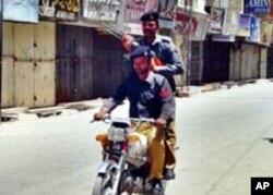 کوئٹہ پولیس اہلکار گشت کرتے ہوئے