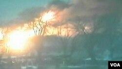 Kebakaran yang disusul serangan terhadap petugas kebakaran di Webster, negara bagian New York (24/12). Polisi New York menangkap seorang perempuan terkait kepemilikan senjata yang digunakan oleh penembak William Spengler, yang kemudian bunuh diri di lokasi tersebut.