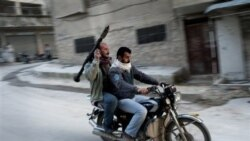 طرفداران ارتش آزاد سوریه سوار بر موتورسیکلت در شهر کفارتحاریم