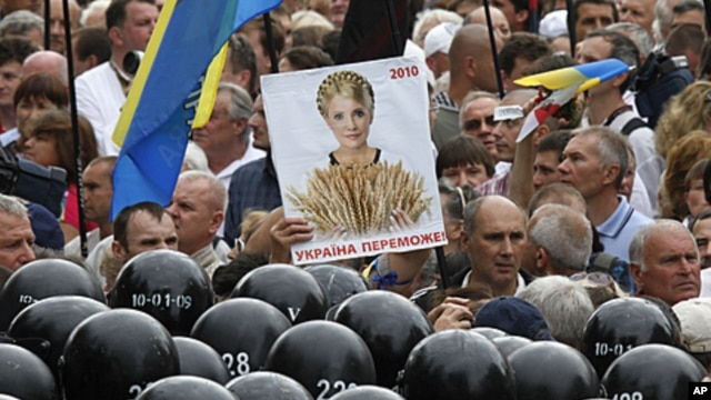 Ukrainian riot police officers block opposition activists as they rallied to mark the 20th anniversary of Ukraine's independence from the Soviet Union and protest the arrest of former prime minister Yulia Tymoshenko in Kiev, Ukraine, August 24, 2011