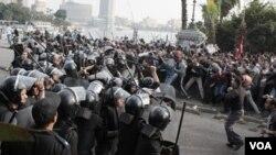 Para demonstran anti pemerintah bentrok dengan para polisi dalam unjuk rasa di Kairo, 25 Januari 2011.