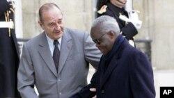 L'ancien président du Bénin, Mathieu Kérékou et l'ancien président français Jacques Chirac, à l'Élysée, Paris, le 25 novembre 2005.