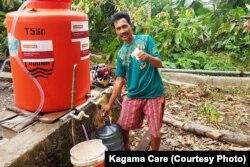 Warga memanfaatkan air layak minum yang diprakarsai Kagama Care, Global Medic dan Penny Appeal di Lampung (courtesy: Kagama Care)
