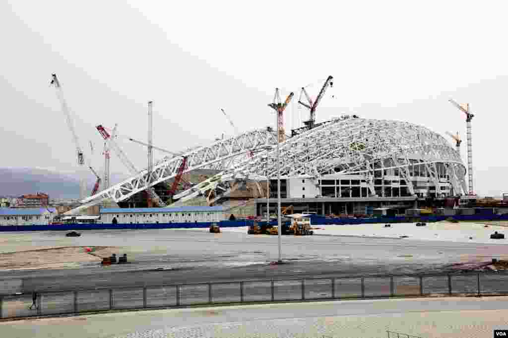 Construction continues on the 40,000 seat stadium that will be used for the opening and closing ceremonies of the Sochi Olympics, March 15, 2013. (V. Undritz/VOA)