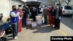KBRI Seoul bersama WNI melakukan program bagi-bagi masker kepada warga di Korea Selatan (dok: Yudi Santosa)
