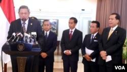 Presiden Susilo Bambang Yudhoyono memberikan keterangan pers di Bandara Halim Perdana Kusuma, Jakarta, sebelum bertolak ke Portugal, Jepang dan Amerika, Kamis, 18 September 2014 (Foto: VOA/Andylala)