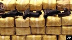 Súng và thuốc methamphetamine bị tịch thu trong một cuộc họp báo tại trụ sở cảnh sát ở Bangkok, Thái Lan.