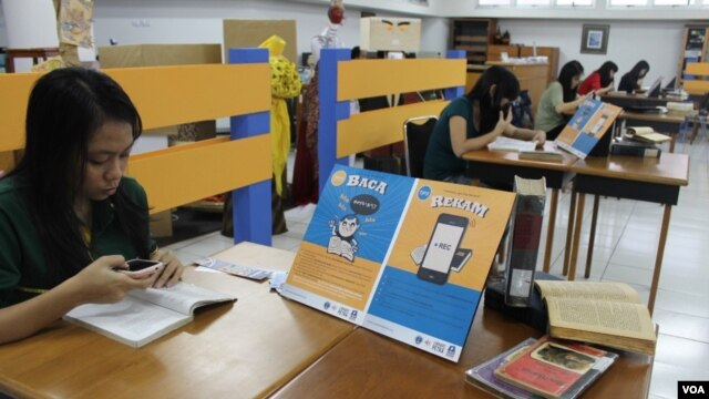 "Gerakan ""Suarakan Bukumu"" mengajak warga di Surabaya merekam suara saat membaca buku untuk membuat buku audio bagi tunanetra. (VOA/Petrus Riski)"