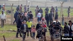 Người Syria vượt biên giới từ thị trấn Ras al-Ain sang Thổ Nhĩ Kỳ sau một cuộc không kích của các lực lượng chính phủ Syria, ngày 3/12/2012.