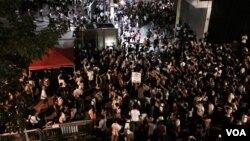 香港學生罷課集會期間,突然宣布攻入公民廣場,估計近百名學生爬過3米高鐵欄,進入公民廣場,警方展開拘捕行動,並施放胡椒噴霧(美國之音湯惠芸攝)