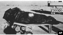 """Esta fotografía, revelada el 24 de enero de 1997, forma parte del """"Reporte de Roswell"""", muestra el supuesto cuerpo de un extraterrestre que se accidentó en Nuevo México en 1947."""