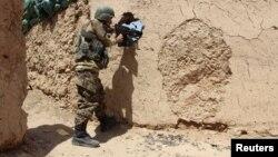 ທະຫານອັຟການິສຖານ (ANA) ຢືນຢູ່ໃນທ່າຕໍ່ສູ້ ຢູ່ປ້ອມຍາມ Babaji ຂອງແຂວງ Lashkar Gah Helmand, Afghanistan.