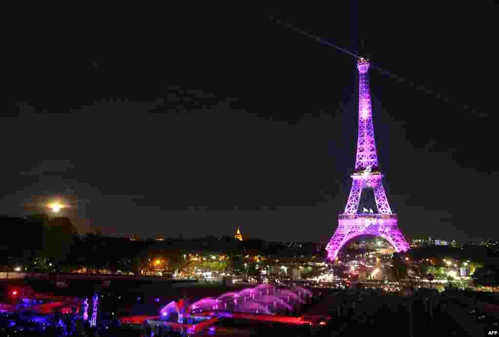 Menara Eiffel diterangi cahaya berwarna pink, sebagai bagian dari acara 'Ruban Rose' untuk memperingati Bulan Kesadaran Kanker Payudara Nasional, bagian dari kegiatan Octobre Rose (Pink October) di Paris.
