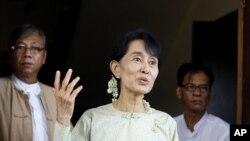 缅甸民主派领袖昂山素季在仰光与媒体见面(资料)
