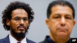 Ahmad Al Mahdi Al Faqi, à gauche, entre dans la salle du tribunal pour sa comparution initiale devant la CPI à La Haye -30/09/15