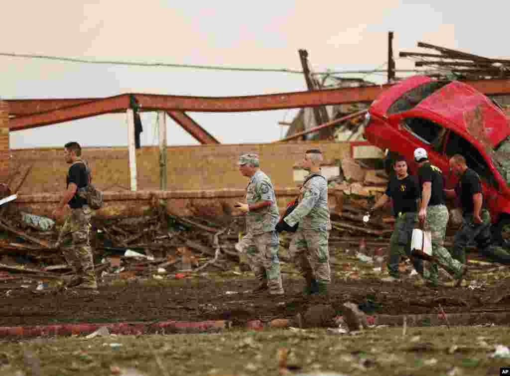 Decenas de autos fueron literalmente volteados por los fuertes vientos del tornado que pasó por una zona rural de Oklahoma, el lunes por la tarde.