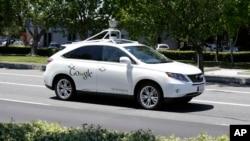 Sebuah kendaraan Google tanpa pengemudi terlihat di jalanan Mountain View, California dekat markas Google.
