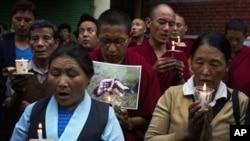 Warga Tibet di pengasingan di Dharmsala, India melakukan doa bersama bagi dua warga Tibet yang melakukan aksi bakar diri (7/8).