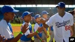 Pemain Los Angeles Dodgers, Yasiel Puig, yang berasal dari Kuba, menyapa para pemain muda sebelum memberikan klinik pelatihan di Havana. (Foto: Dok)