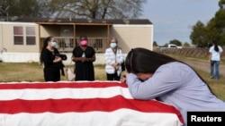 美國德州一名婦女因丈夫感染新冠病毒死亡而悲傷(路透社2021年2月18日)