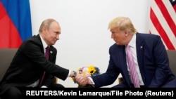 Vladimir Putin i Donald Trump tokom susreta na Samitu G20 u Osaki; arhivska fotografija (Foto: REUTERS/Kevin Lamarque/File Photo)